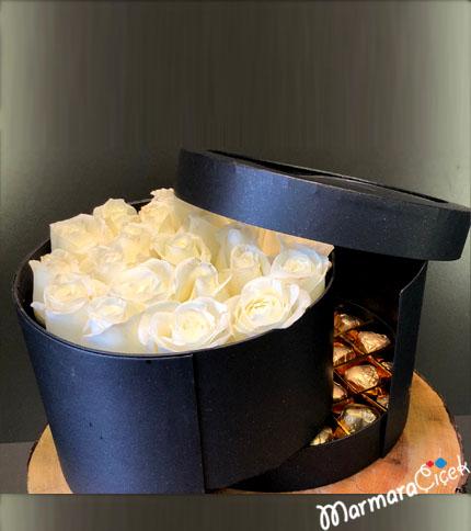 Kutuda Beyaz Güller Ve Çikolata