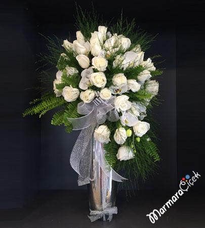 Gümüþ Renkli Vazoda Beyaz Güller
