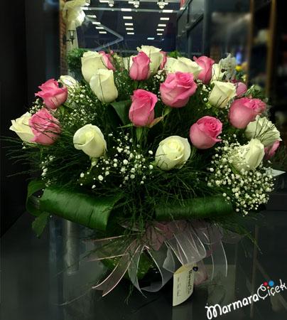 Vazoda Pembe&Beyaz Ýthal Güller